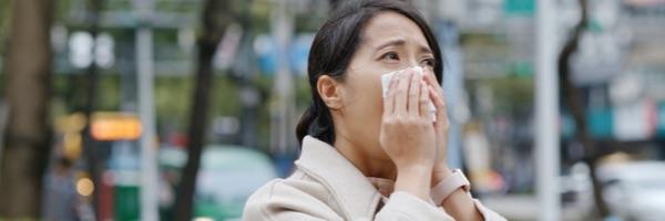 vrouw jeukende ogen niezen